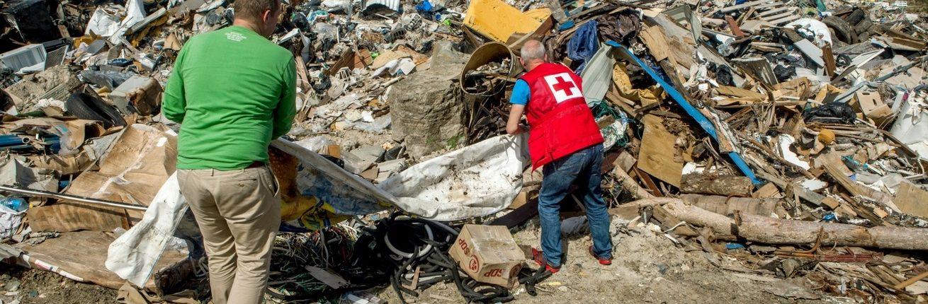 Een vrijwilliger ruimt puin op Sint Maarten