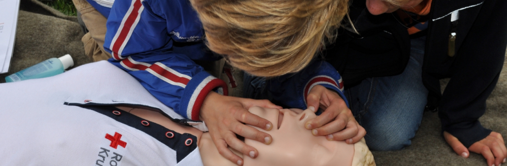 Kind oefent reanimatie