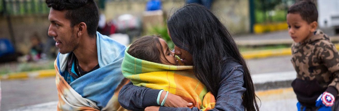 Moeder omarmt kindje in Venezuela