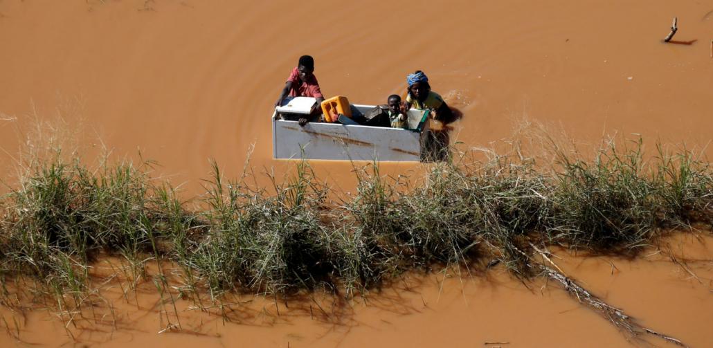 Mozambikanen in het overstromingswater door cycloon Idai