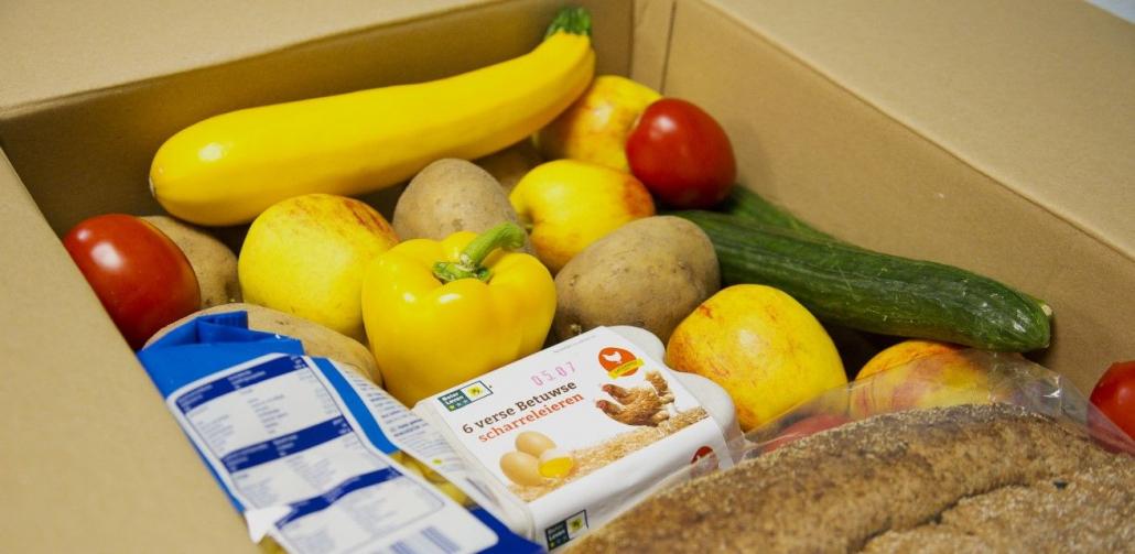 Het-Rode-Kruis-deel-voedselpakketten-uit-in-Nederland-1030x503