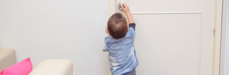 Peuter loopt risico van vinger tussen de deur
