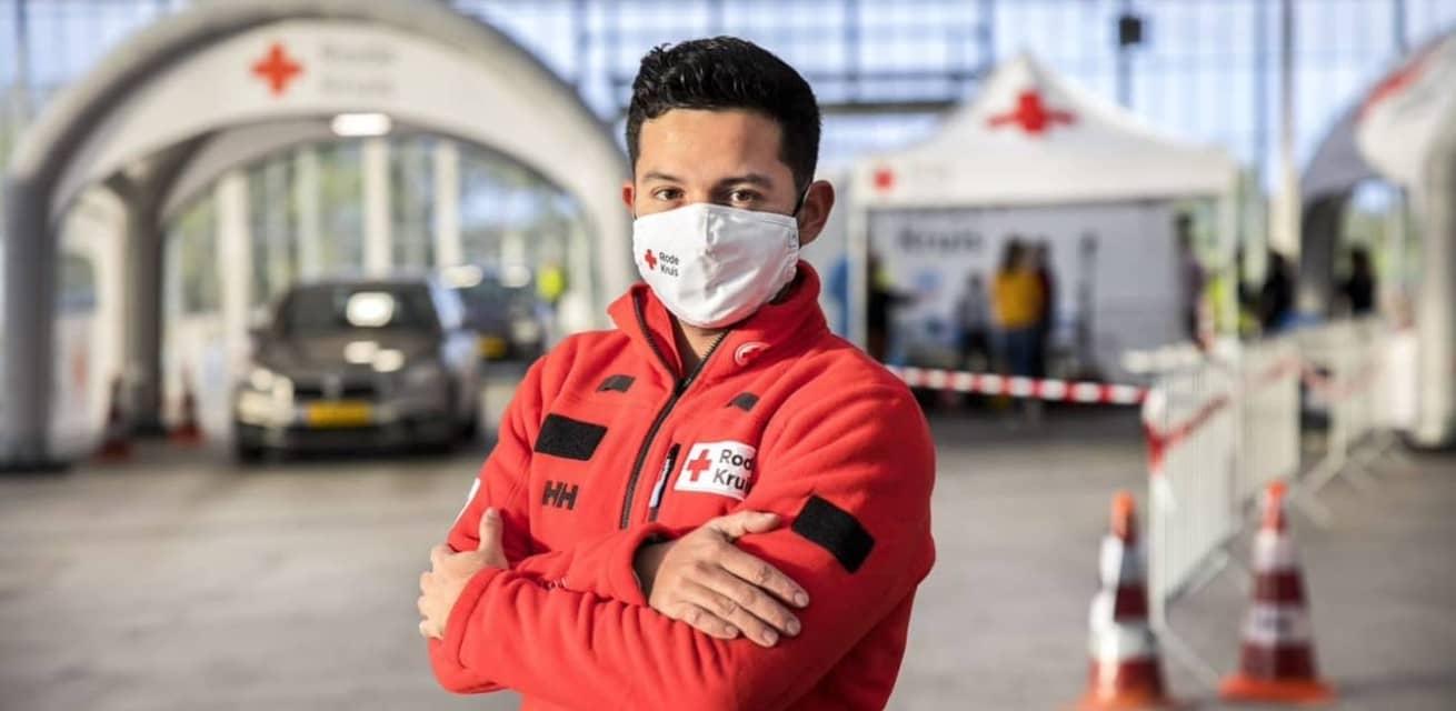 Rode Kruis hulpverlener bij corona teststraat