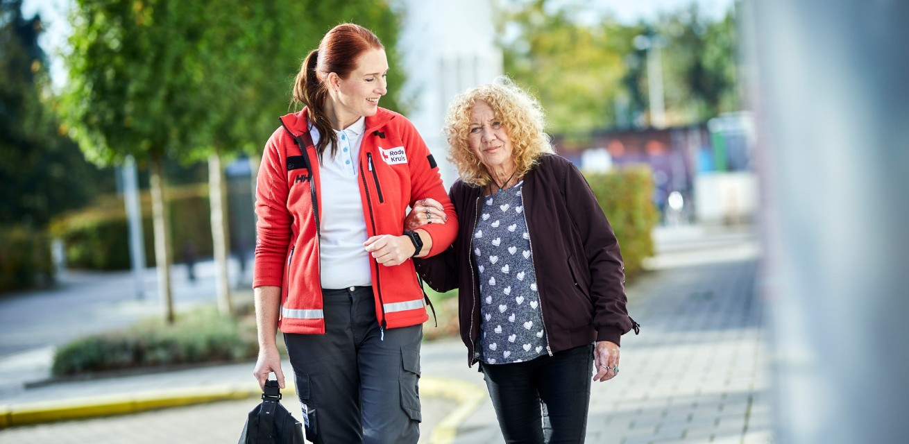 Rode Kruis-vrijwilliger helpt oudere dame