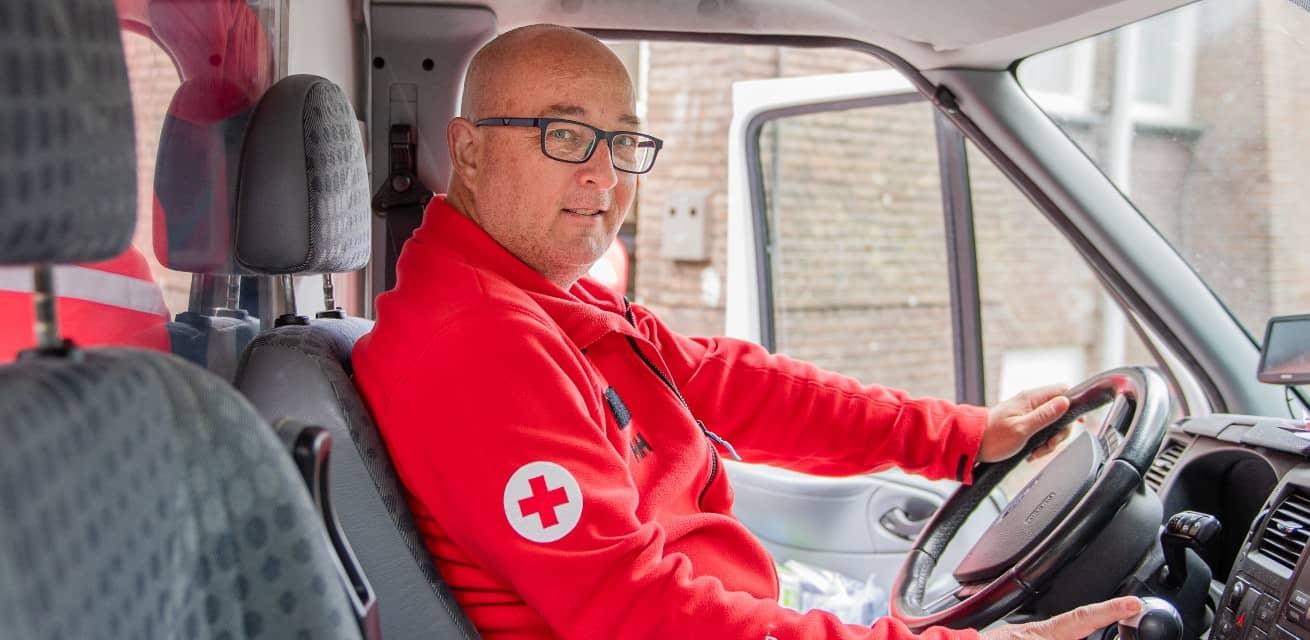 Rode Kruis vrijwilliger helpt tijdens corona pandemie als chauffeur