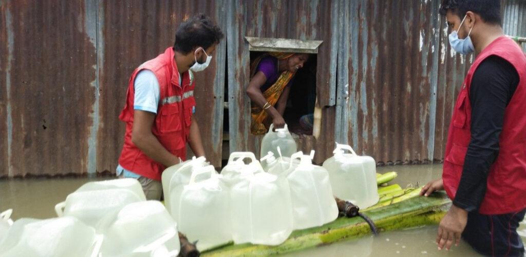 Vrijwilligers-helpen-bij-overstromingen-Zuid-Azië-1030x503-1