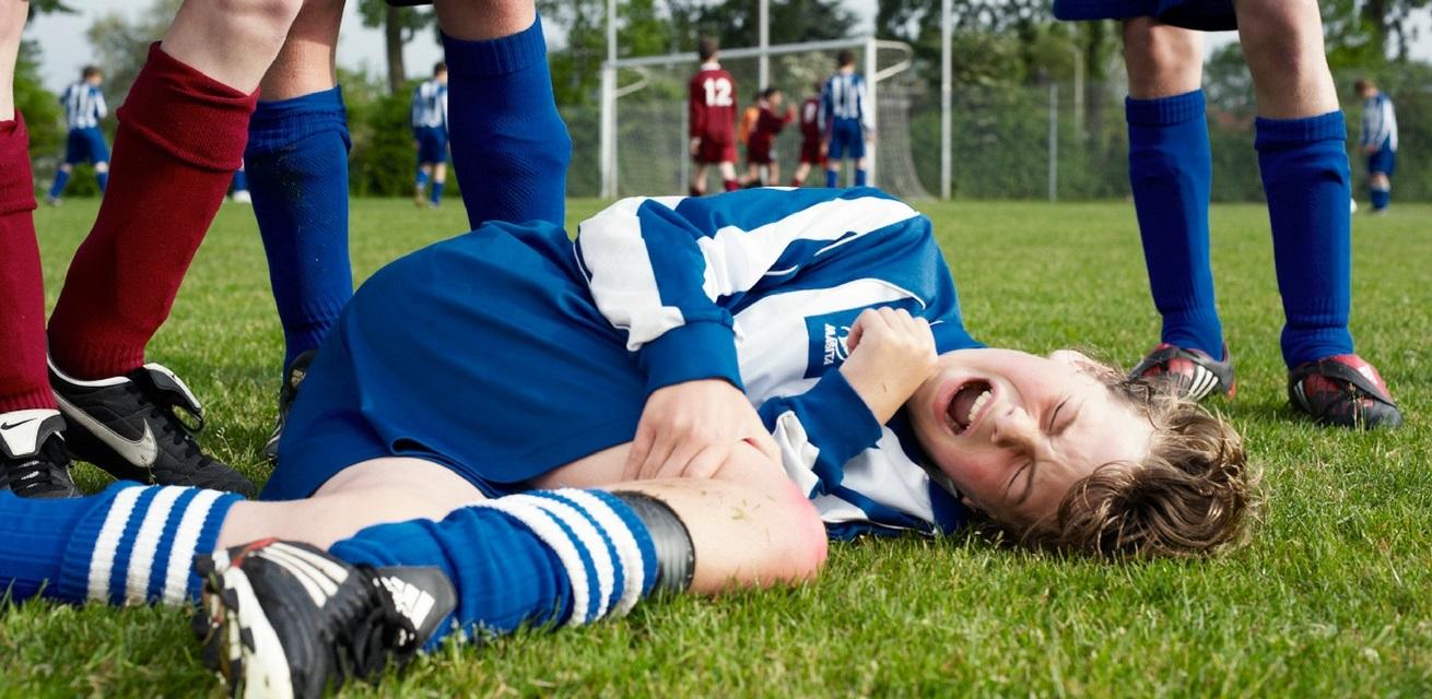 jongen gevallen op voetbalveld