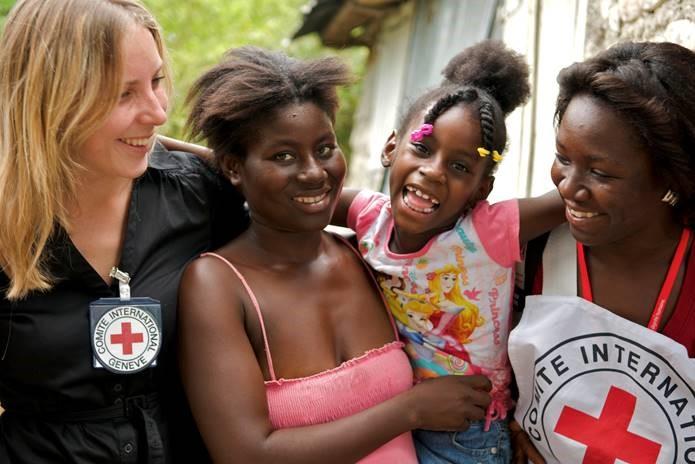 rode-kruis-hulp-wereldwijd-het-rode-kruis-tracing-team-brengt-een-meisje-thuis-na-twee-maanden-gescheiden-te-zijn-van-haar-familie