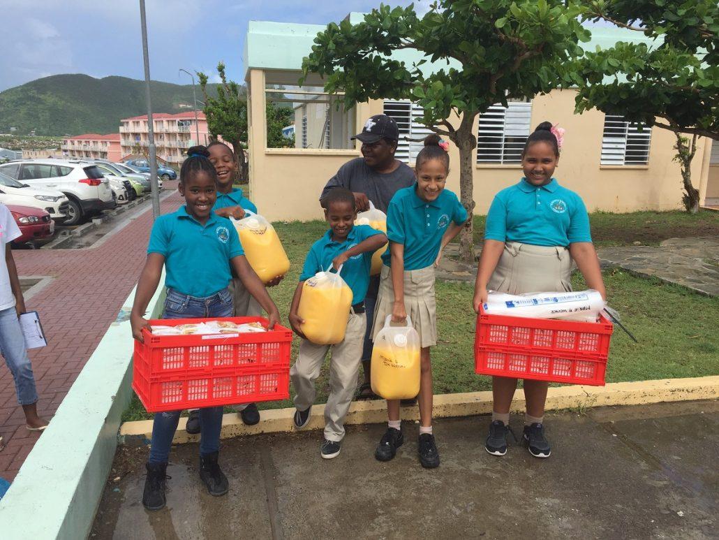 rode-kruis-hulp-wereldwijd-sin-maarten-schoolkinderen-met-kratten