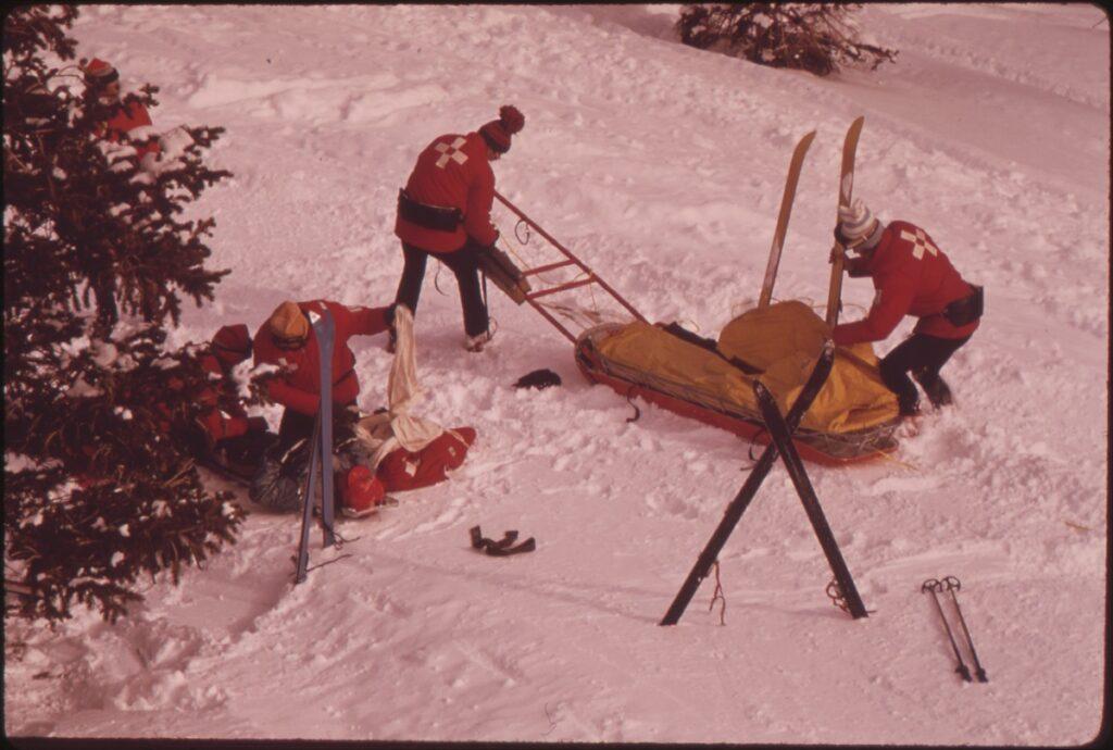 skis in kruisvorm in sneeuw