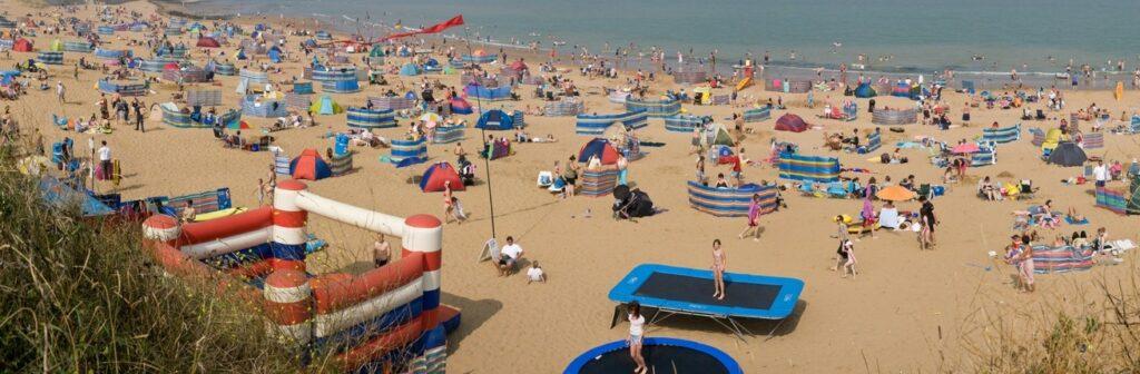 strand veel mensen
