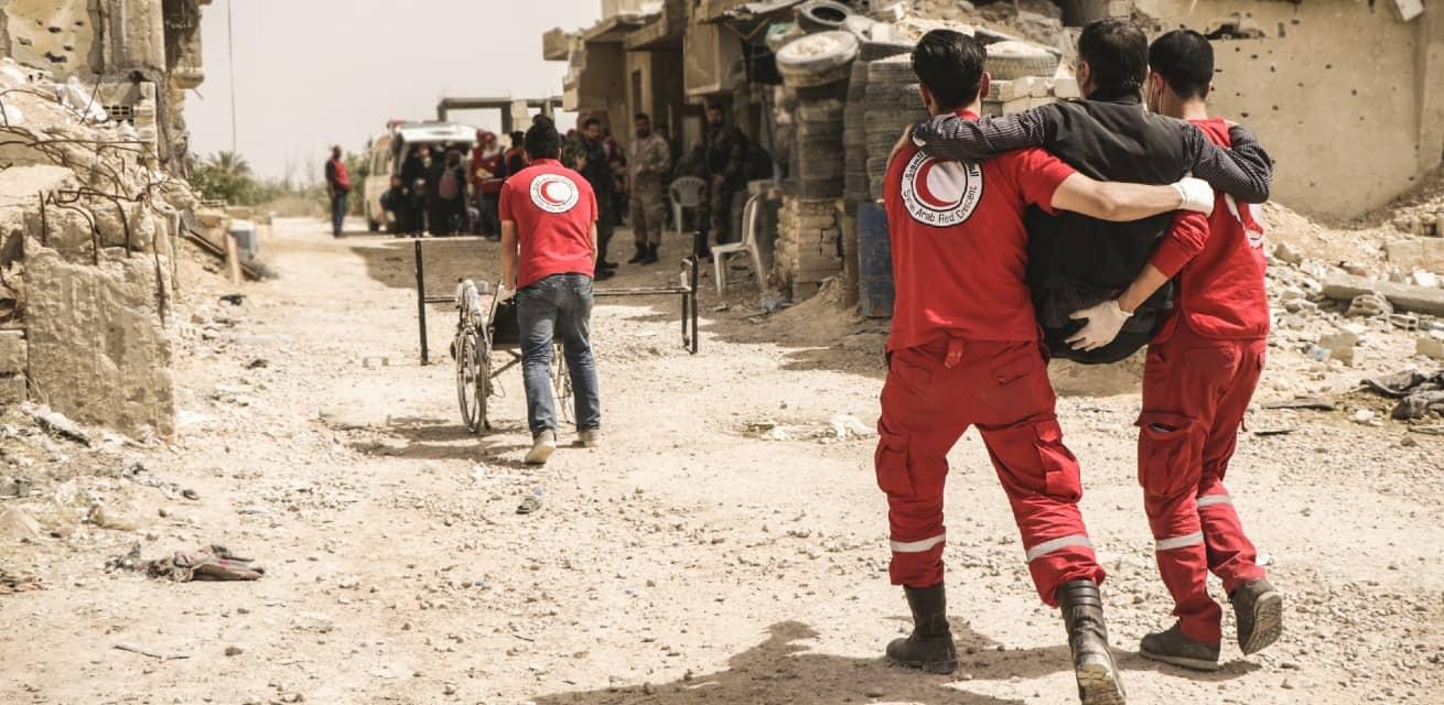 Doe een donatie aan het Rode Kruis - Doneren - Hulpverleners dragen slachtoffers in Syrie