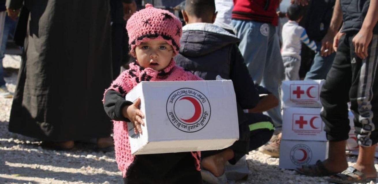 Serviceclubs en het Rode Kruis - Meisje met voedselpakket
