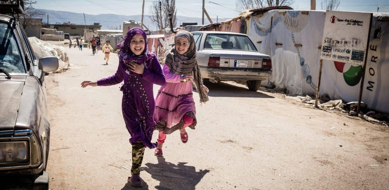 syrische kinderen in tentenkamp