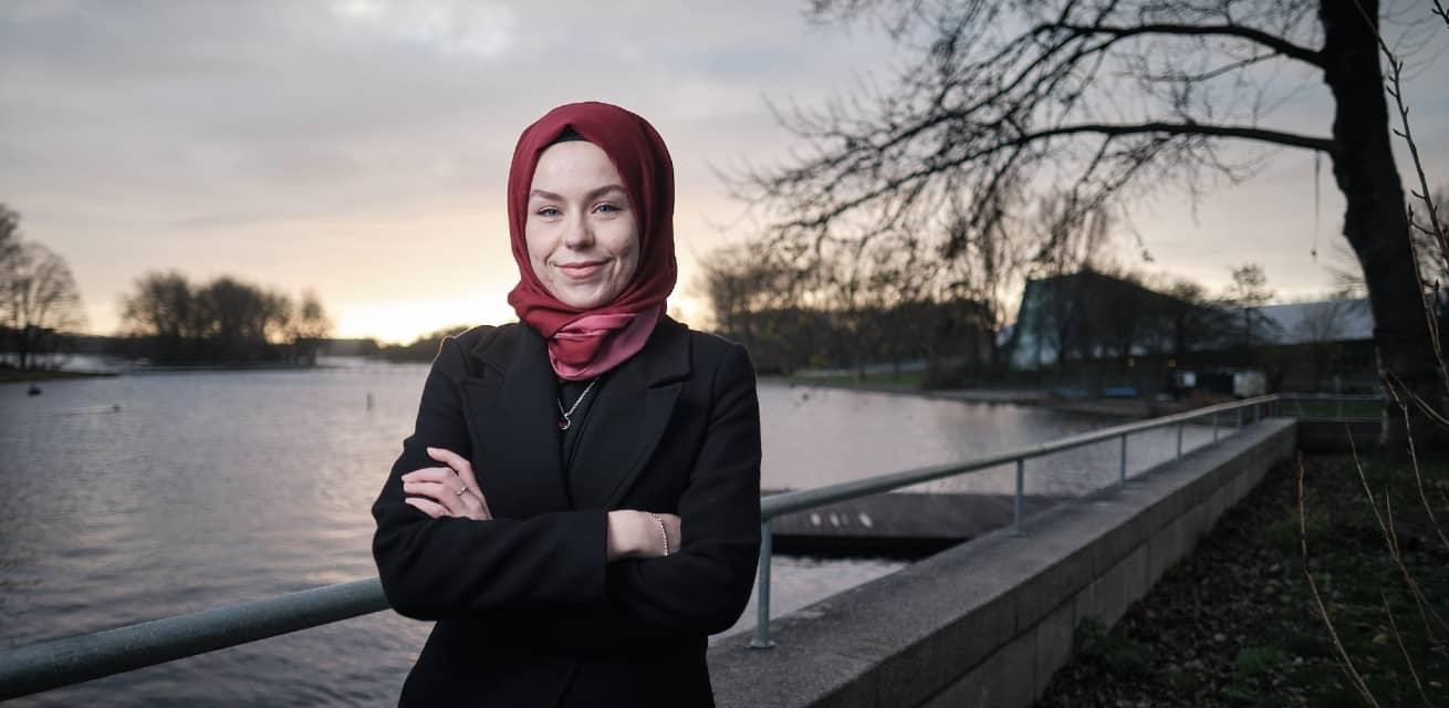 Vrijwilliger ondersteuning ongedocumenteerde migranten Valentina op brug in Rotterdam