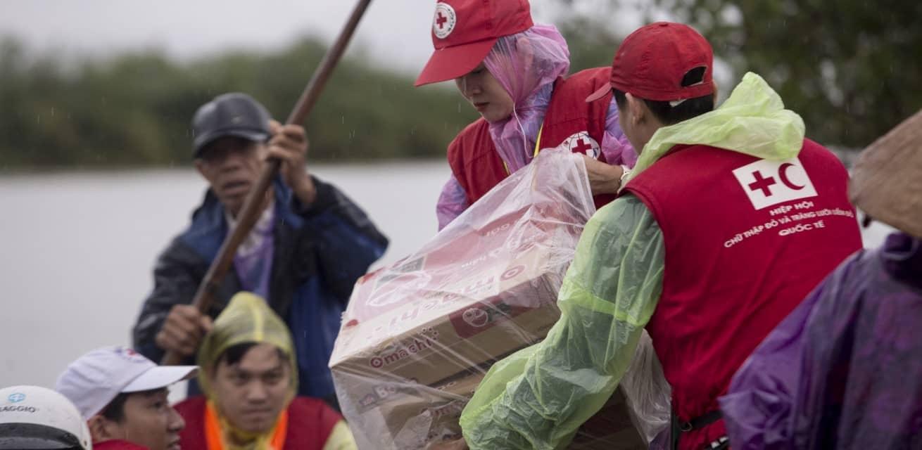 hulpverleners rode kruis overstromingen