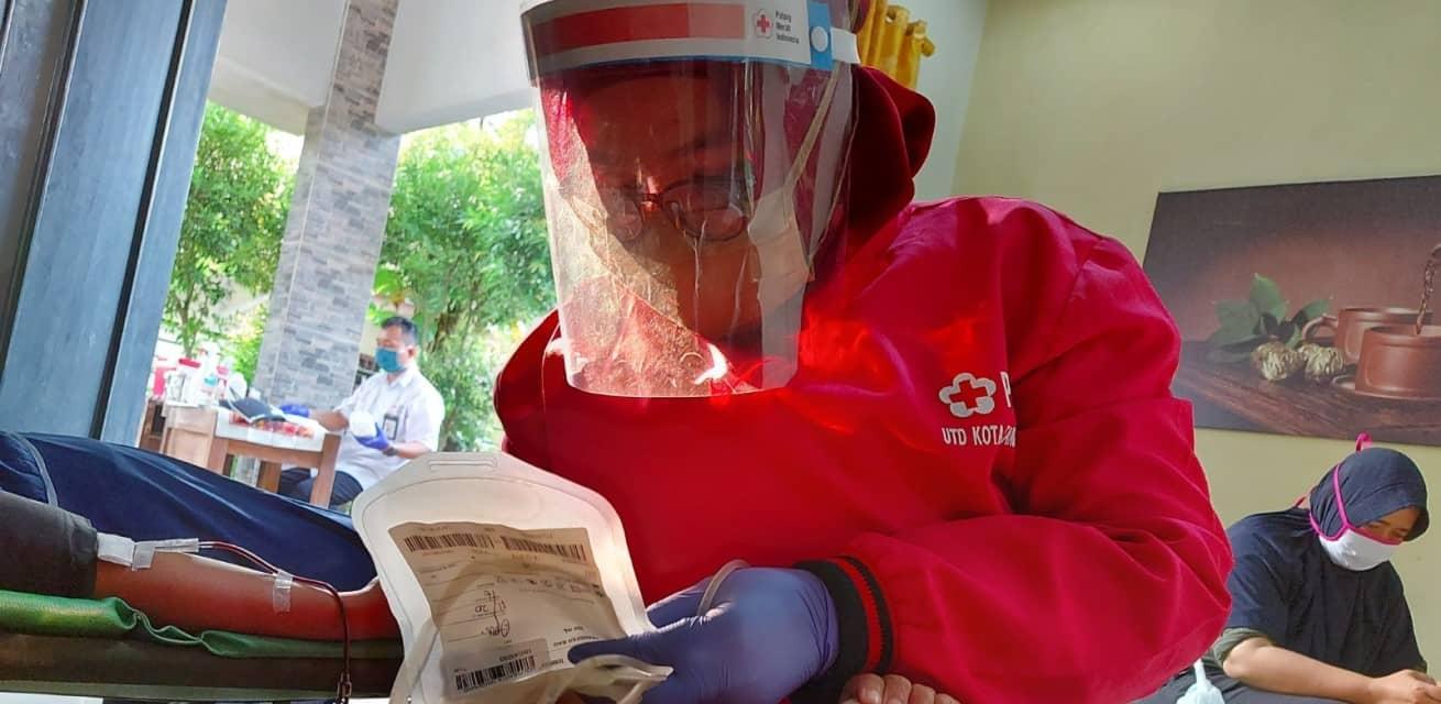 Hulpverlener helpt coronapatiënten Indonesië Rode Kruis