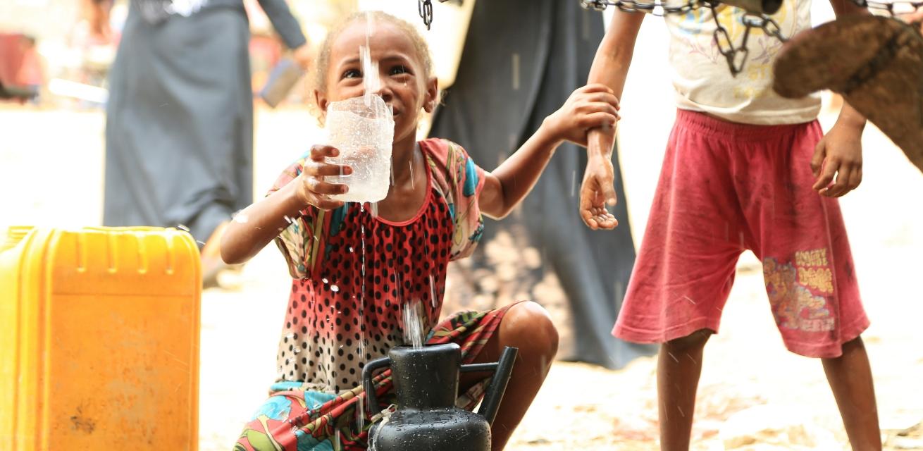 Kind bij waterpunt in Jemen Rode Kruis
