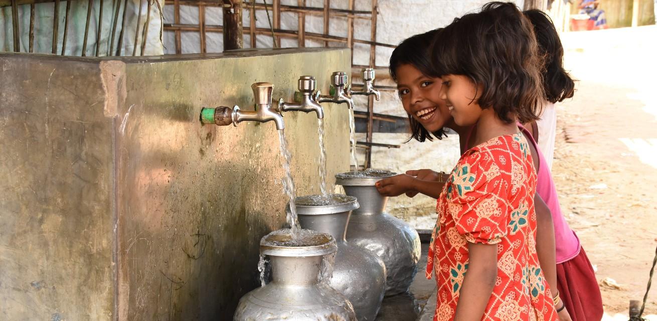 Meisjes tappen drinkbaar water in Cox Bazaar Rode Kruis