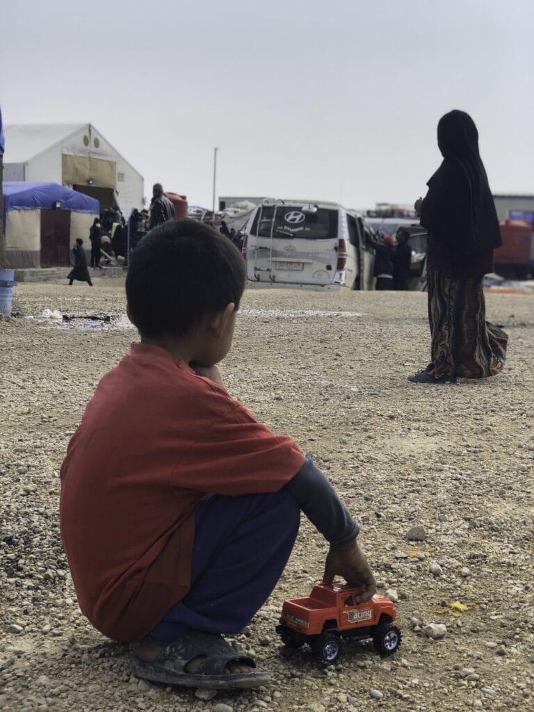jongen-speelt-met-autootje-in-vluchtelingenkamp-Al-Hol-Syrie-Rode-Kruis