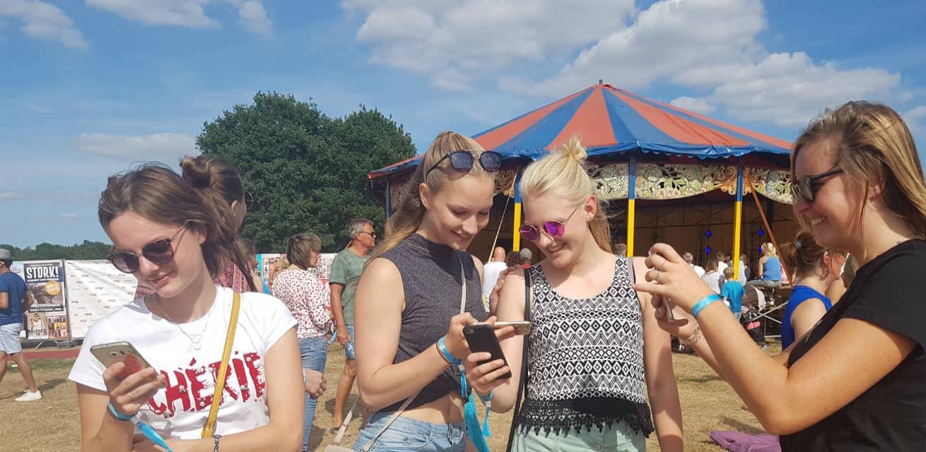 jongeren doneren mobiel met tikkie op een festival
