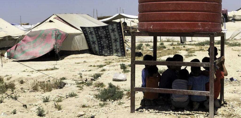 kinderen schuilen onder watertank kamp Al Hol Syrië Rode Kruis