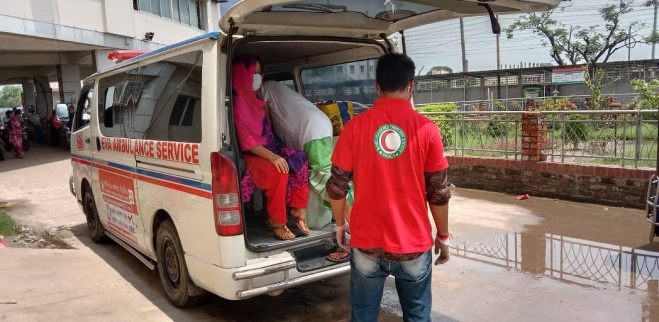 Hulpverlener in Bangladesh bij ambulance tijdens coronacrisis Rode Kruis