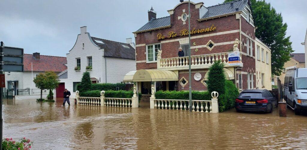 Rode Kruis helpt in Limburg bij wateroverlast