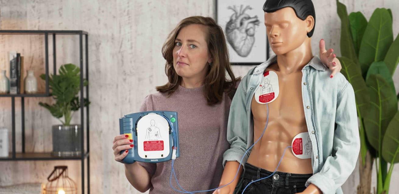 Sammy van het Rode Kruis legt uit hoe je moet reanimeren met AED