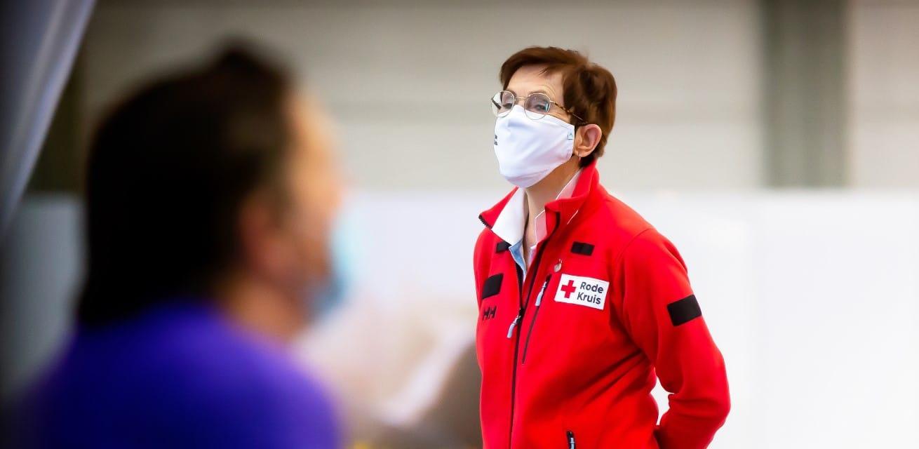 hulpverleners bieden EHBO op vaccinatielocaties Rode Kruis