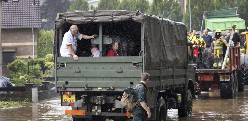 in Valkenburg in Limburg worden bewoners van een verzorgingstehuis geevacueerd vanwege wateroverlast Rode Kruis