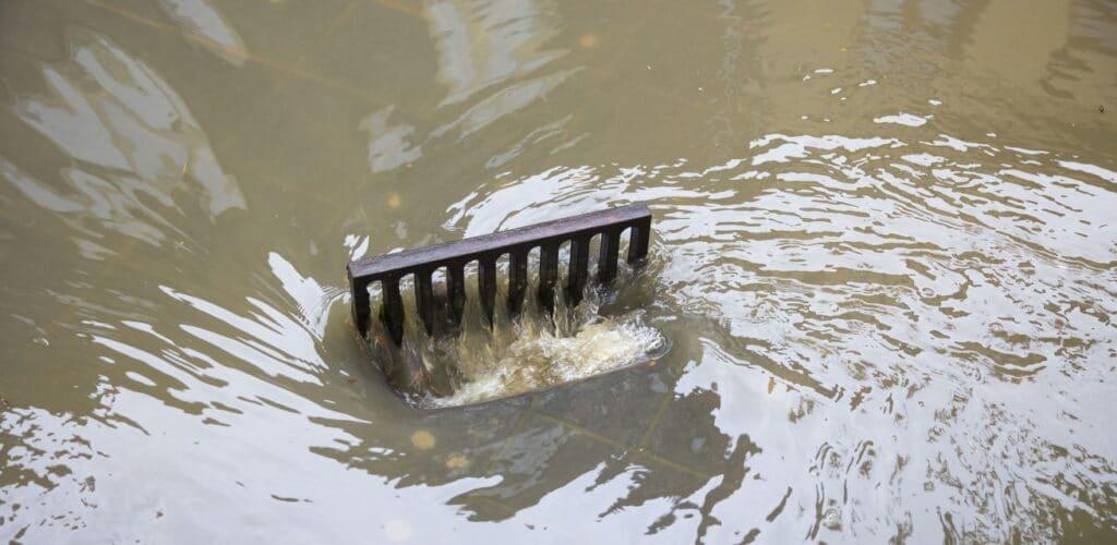 put voert overtollig water af na wateroverlast in Limburg Rode Kruis