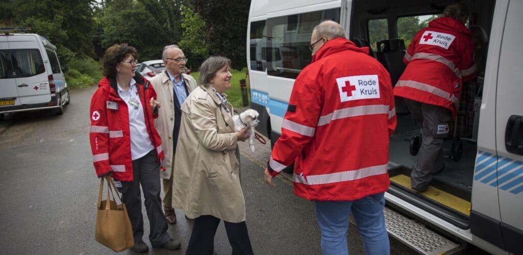 rode kruis helpt in Limburg bij het evacueren vanwege wateroverlast