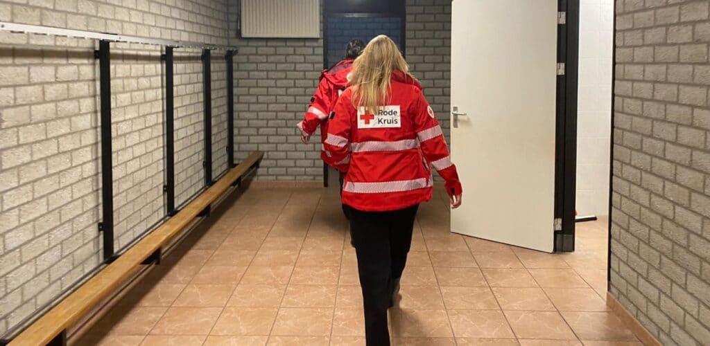 rode kruis plaatst noodbedden op opvanglocaties zoals sporthallen