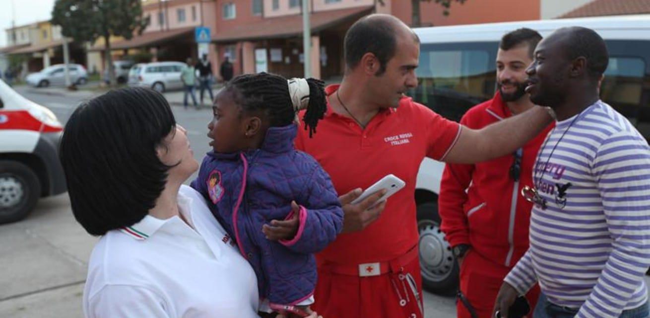 Kilometers voor Kansen Medische hulpverleners van het Rode Kruis bieden hulp aan gezinnen die aangekomen zijn in Sicilië