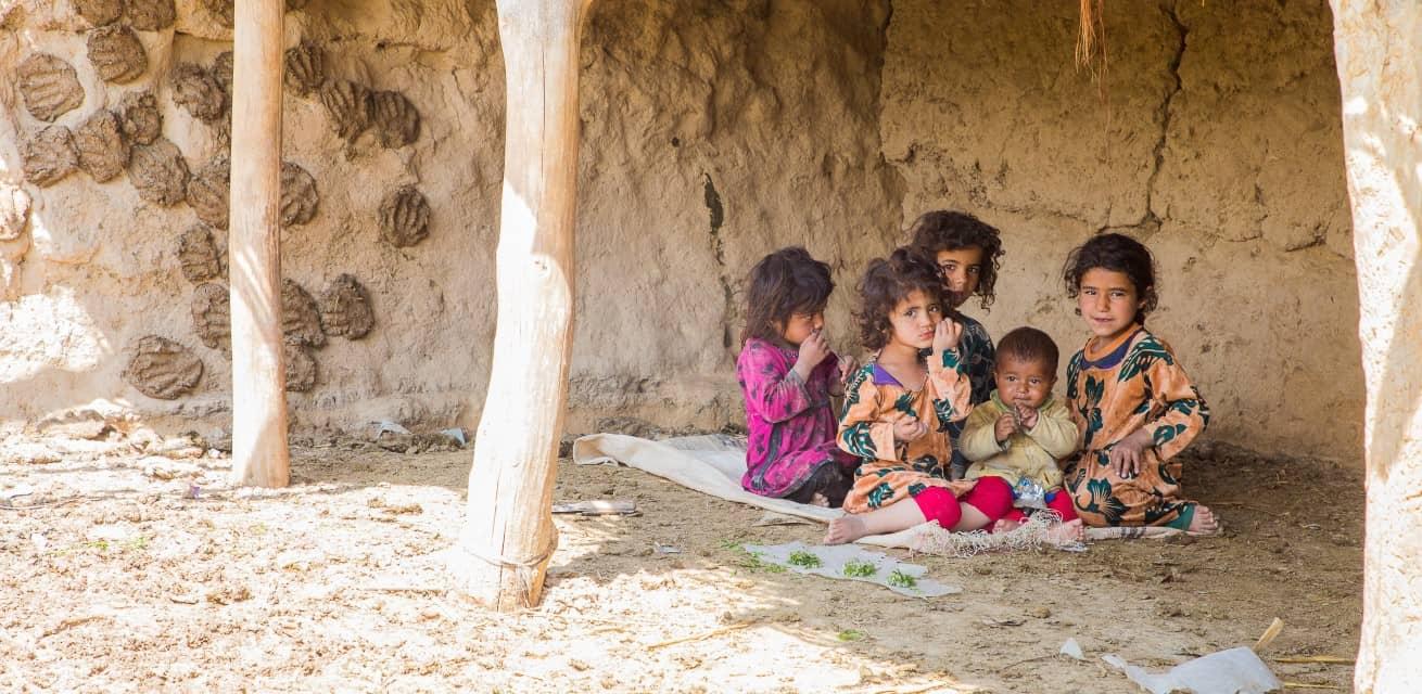 afghanistan leidt onder droogte en kinderen zitten onder afdak Rode Kruis