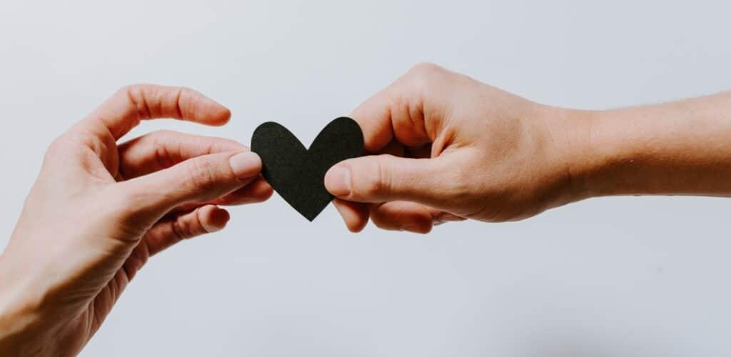 een hartje doorgeven Rode Kruis