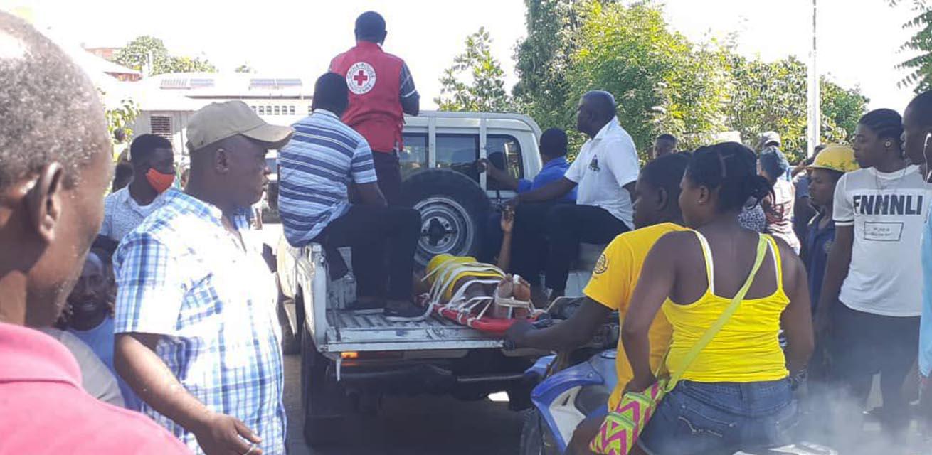 hulpverleners Rode Kruis in auto na aardbeving haiti