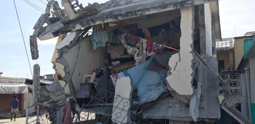 ingestort huis op Haïti na aardbeving - rode kruis opent giro5125