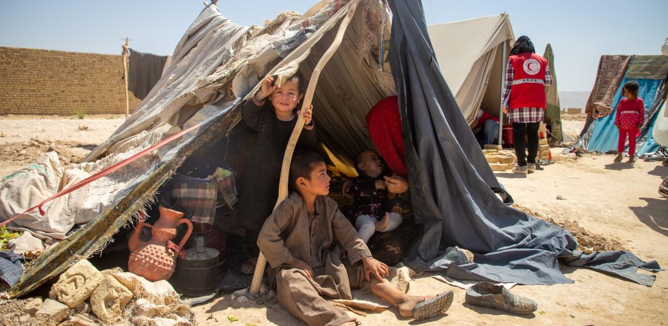 kinderen uit Afghanistan in een opvangkamp Rode Kruis