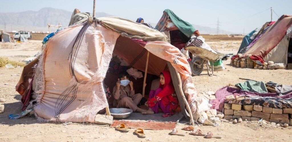 kinderen wonen vanwege de droogte in opvangkampen in Afghanistan Rode Kruis