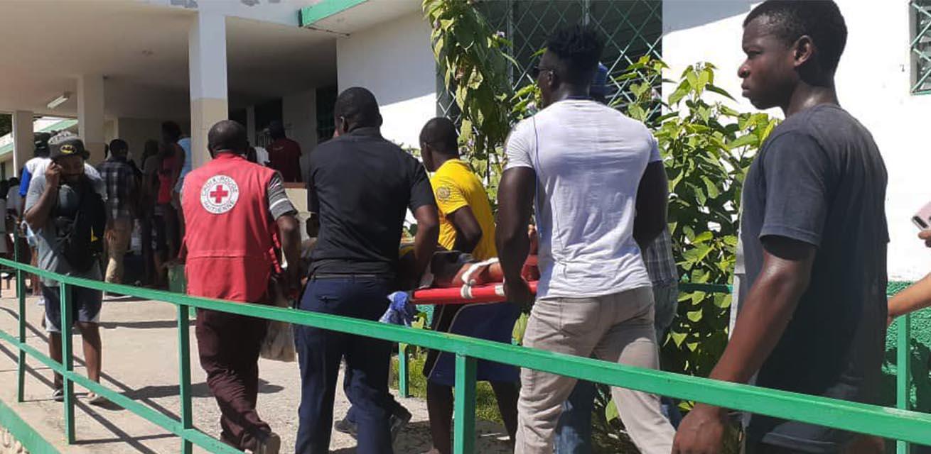 rode kruis reddingswerkers helpen bij aardbeving haiti