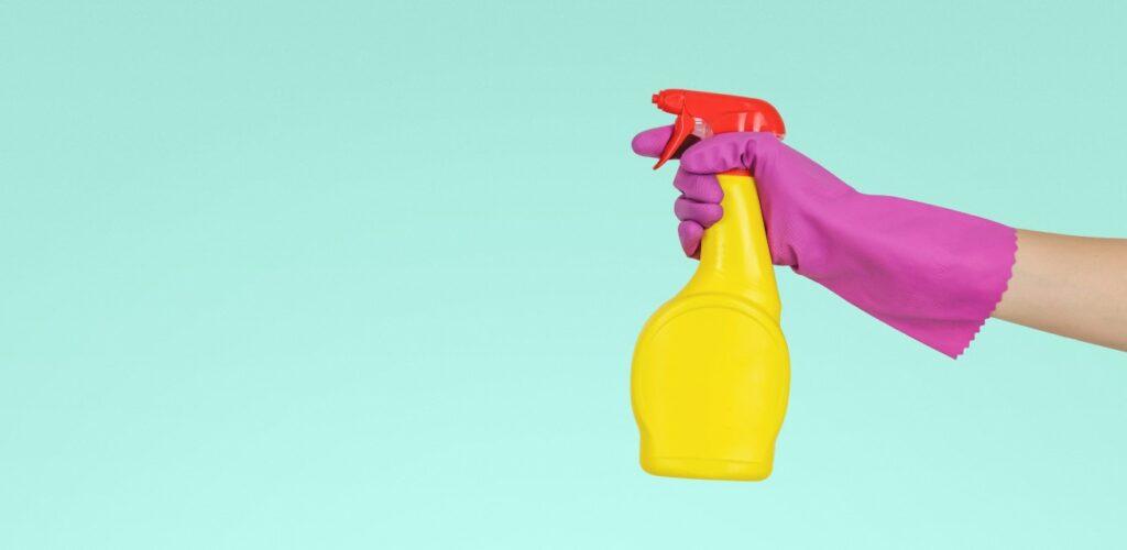 spuitbus en handschoen giftige stof op de huid Rode Kruis