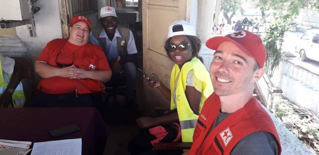Hulpverleners samen met Rodolphe na Idai in Mozambique